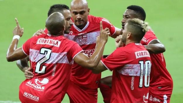Jogadores do CRB comemoram gol contra Náutico