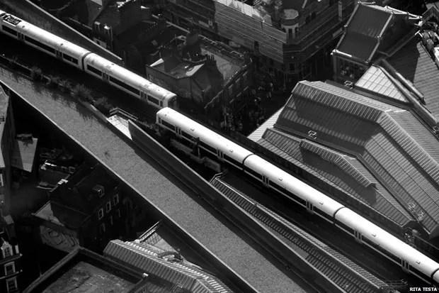 A foto de Rita Testa mostra dois trens vistos do arranha-céu The Shard, em Londres. A imagem foi a vencedora do concurso da Royal Institution of Chartered Surveyors (RICS), a principal entidade profissional do mercado de construção civil do Reino Unido. A foto, chamada de 'Double Travel' ('Viagem Dupla'), venceu outras 300 imagens (Foto: Rita Testa)