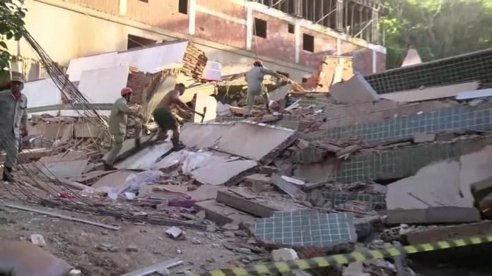 Um ferido foi retirado dos escombros; bombeiros e voluntários vasculham os escombros à procura de vítimas. Ainda não se sabe se todos os andares estavam ocupados — Foto: Reprodução/ TV Globo