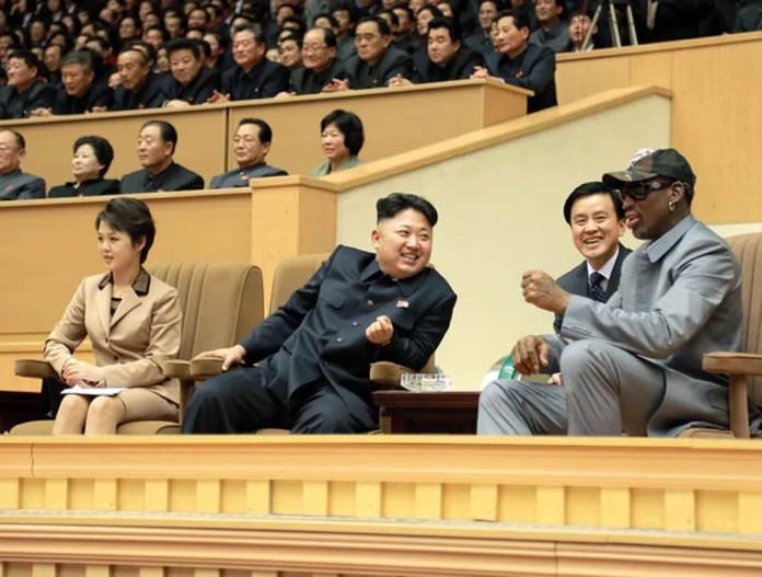 Kim Jong-un conversa com Rodman durante jogo de basquete em foto divulgada em 2014 (Foto: KCNA/AP)