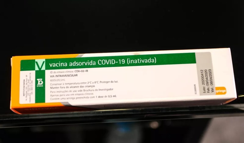 Caixa da CoronaVac, vacina contra a Covid-19 produzida pelo laboratório chinês Sinovac em parceria com o Instituto Butantan.  — Foto: Flavio Corvello/Estadão Conteúdo