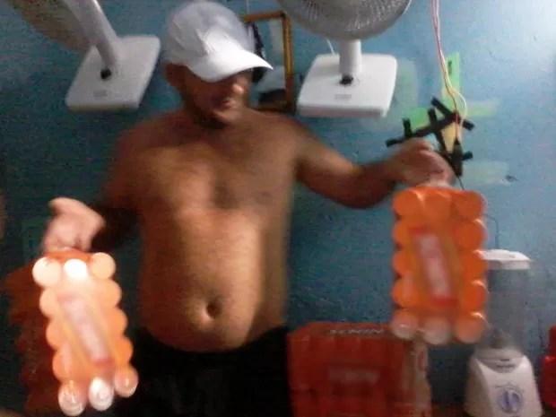 Preso é fotografado com bebidas (Foto: Sindicato dos Servidores Penitenciários da Bahia (Sinspeb))