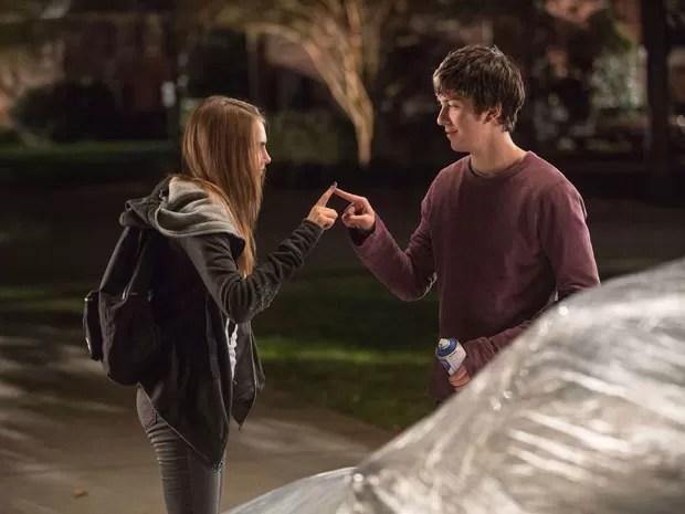 Nat Wolff como Quentin e Cara Delevingne como Margo em cena de 'Cidades de papel', baseado no best-seller de John Green, também autor de 'A culpa é das estrelas' (Foto: Divulgação)