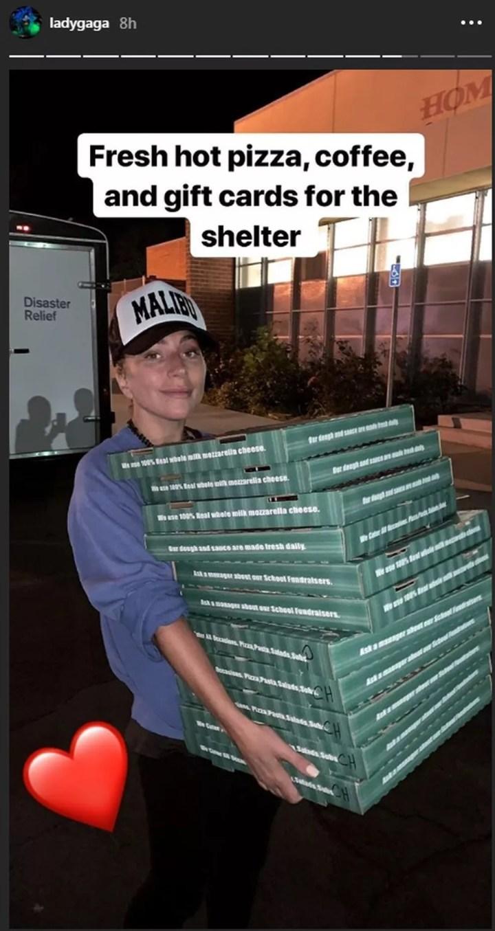 Lady Gaga entrega pizza para desabrigados de incêndio, na Califórnia — Foto: Reprodução/Instagram