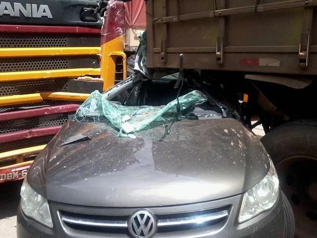 Carro foi esmagado e motorista saiu apenas com ferimentos leves. (Foto: Reprodução/ TVCA)