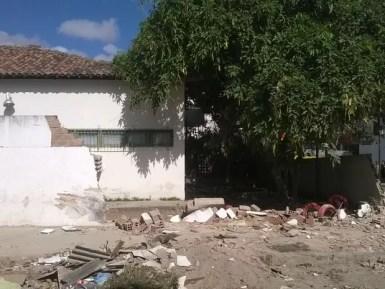 Muro caiu após colisão e idoso ficou ferido (Foto: Amanda Dantas/TV Asa Branca)