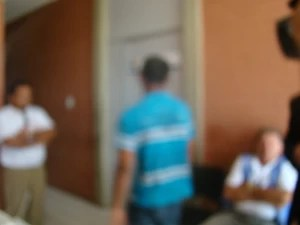 Padastro volta a delegacia para prestar depoimento (Foto: Catarina Costa)