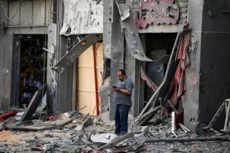Prédio destruído por bombardeios em Gaza, em 13 de maio de 2021 — Foto: Suhaib Salem/Reuters