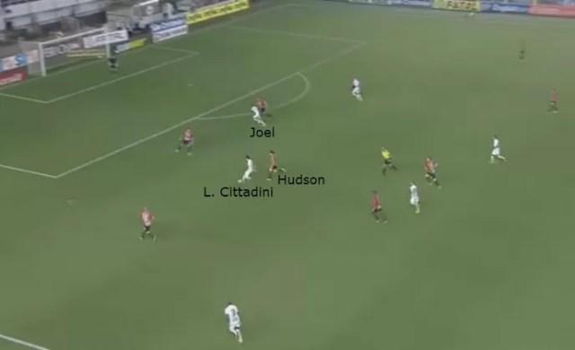 Hudson vacila na marcação, e Léo Cittadini encontra Joel na área para marcar (Foto: GloboEsporte.com)