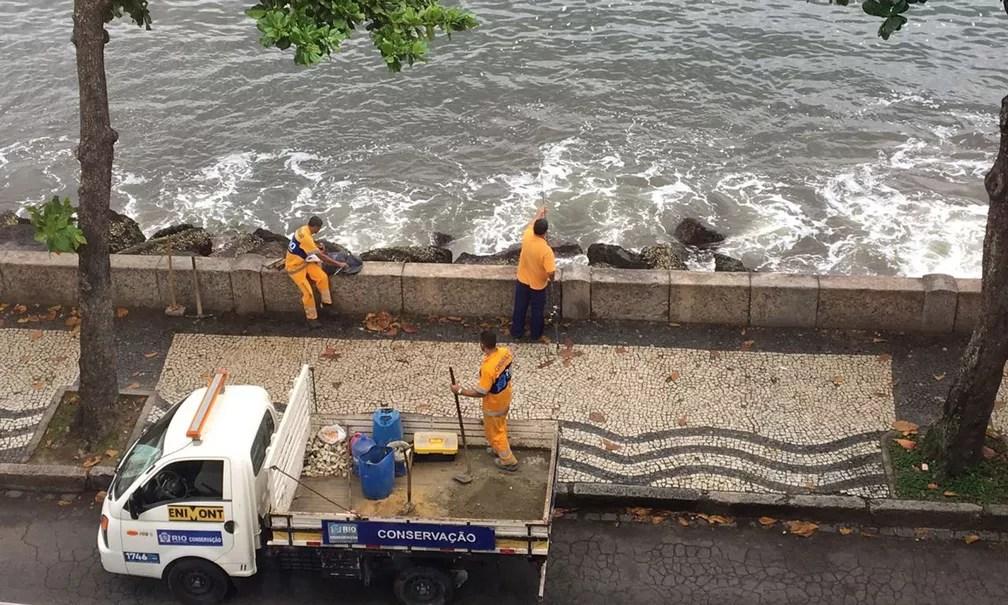 Funcionários da prefeitura são flagrados pescando durante o trabalho na Urca (Foto: Marcelo Camello/Arquivo Pessoal)