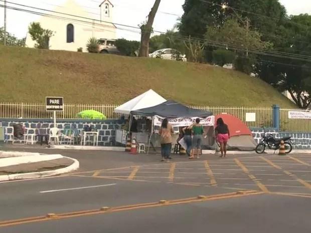 Protesto na manhã desta segunda-feira tinha poucas pessoas em quartel de Vitória (Foto: Reprodução/ TV Gazeta)