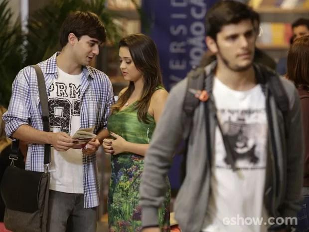 Bárbara deixa André de lado e fica de papo com Lucas (Foto: Fábio Rocha/TV Globo)