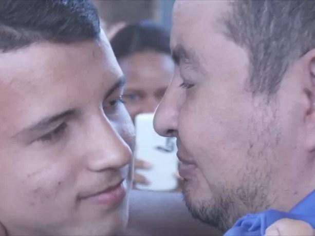Abraço aconteceu no dia do aniversário de 15 anos Matheus (Foto: Rede Amazônica/ Reprodução)