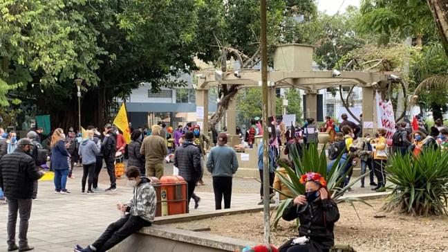 Manifestantes reunidos na Praça Saldanha Marinho, no Centro de Santa Maria (RS), em ato contra Bolsonaro e a favor da vacina. — Foto: Nádia Strate/RBS TV