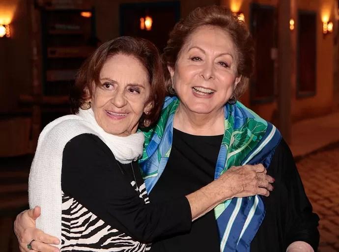Divas: Laura Cardoso e Aracy Balabanian se abraçam na coletiva de 'Sol Nascente' (Foto: Gshow/Felipe Monteiro)