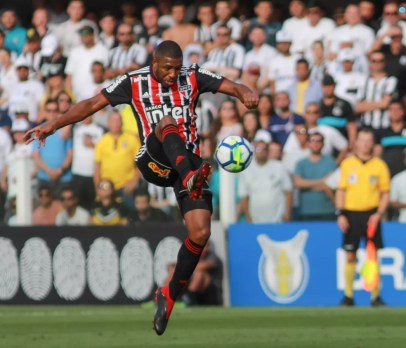 Jucilei durante o clássico contra o Santos — Foto: Ricardo Moreira/Fotoarena/Estadão Conteúdo
