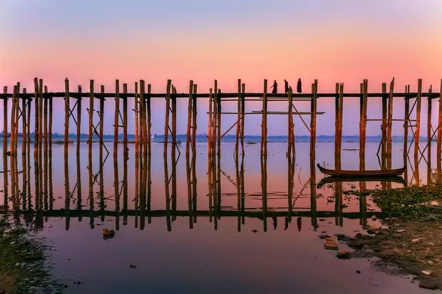 The unique U Bein Bridge is a beautiful 1.2 kilometre-long structure built from teak planks and said to be the longest of its type in the world. In 1857, when the capital moved from nearby Amarapura to Mandalay, the local mayor (named U Bein) salvaged woo (Foto: Getty Images)