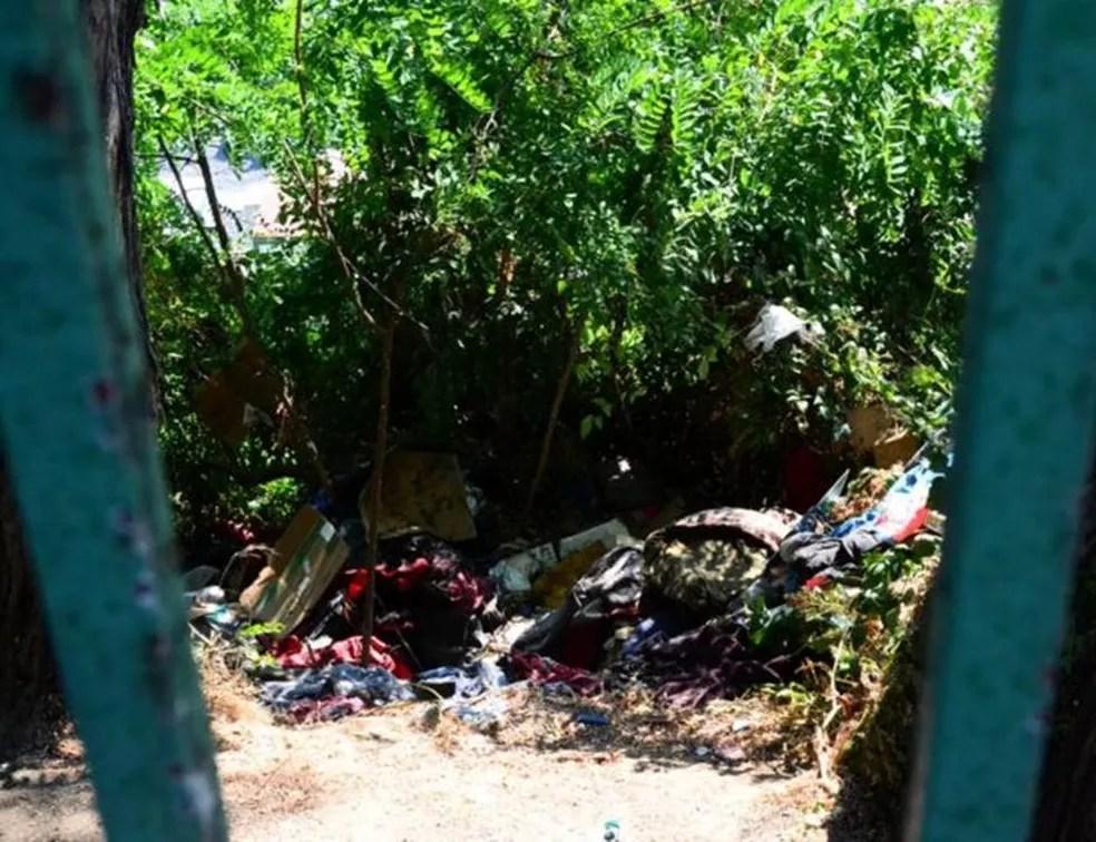 Moradores das cidades que estão em crise se queixam de mau cheiro e de objetos abandonados nas ruas — Foto: BBC