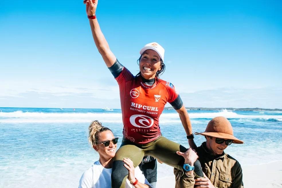 Sally Fitzgibbons é carregada após conquista do título em Rottnest Island — Foto: Divulgação / WSL / Miers