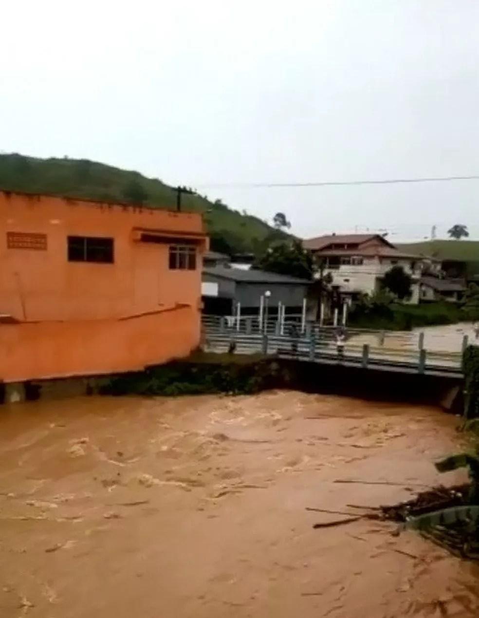 Rio subiu e alagou ruas de Apiacá, no Sul do ES  — Foto: Reprodução/TV Gazeta