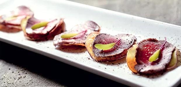 Carpaccio de cordeiro com chips de batata-doce (Foto: Divulgação)