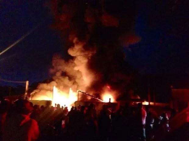 Incêndio atinge galpão de reciclagem em Ubatuba, SP (Foto: Arquivo Pessoal)