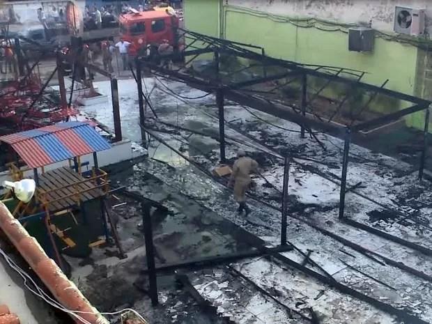 Estabelecimentos ficaram completamente destruídos (Foto: Reprodução/TV Paraíba)