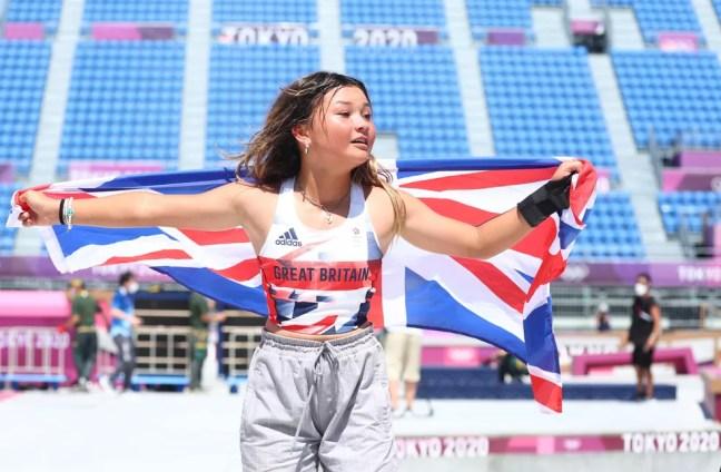 Sky Brown comemora com a bandeira da Grã Bretanha — Foto: REUTERS/Mike Blake