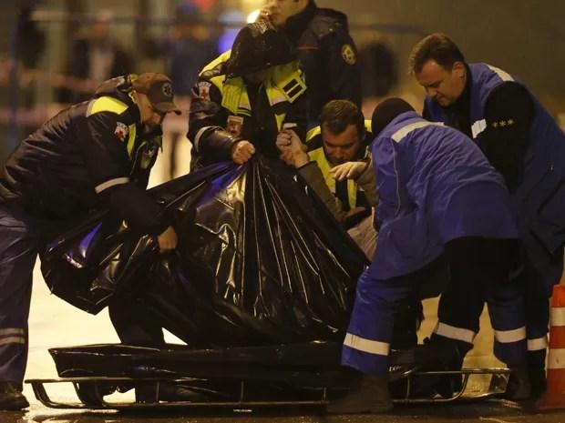 Médicos carregam o corpo do líder oposicionista Boris Nemtsov, morto em Moscou na madrugada de sabado (28) (Foto: Reuters/Maxim Shemetov)