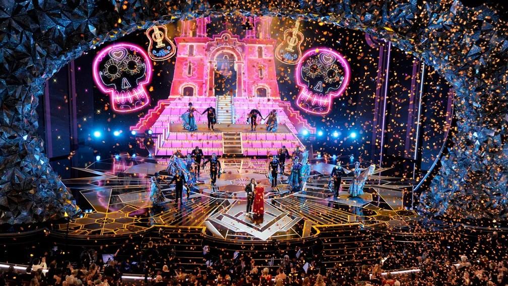 Palco fica colorido para apresentação musical da trilha de 'Viva' (Foto: Chris Pizzello/Invision/AP)