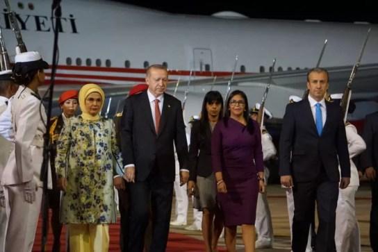 Presidente turco Recep Tayyip Erdogan (segundo à esquerda) chega à Venezuela ao lado de sua mulher, da vice-presidente venezuelana Delcy Rodríguez e do vice de Economia Tareck El Aissami — Foto: Reprodução/ Twitter/ Delcy Rodríguez
