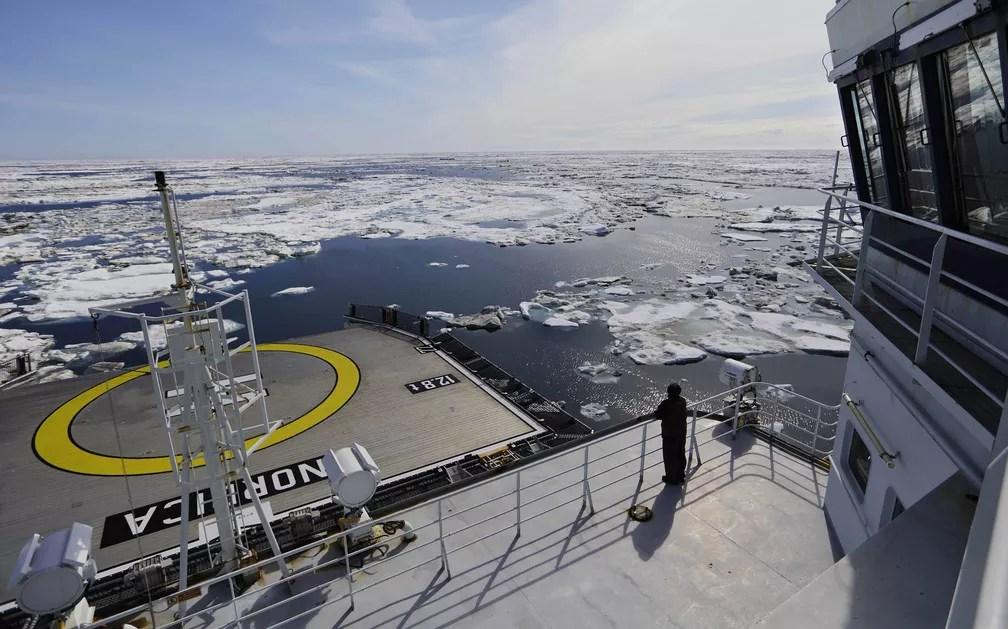 Embarcação navega entre o gelo do mar de Beaufort, no Alasca. O aquecimento global está derretendo o gelo marinho e as geleias, abrindo caminhos nunca acessados antes (Foto: David Goldman/AP Photo)