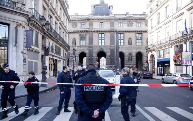 Polícia isolou a área próxima do Museu do Louvre  (Foto: Thibault Camus/AP)