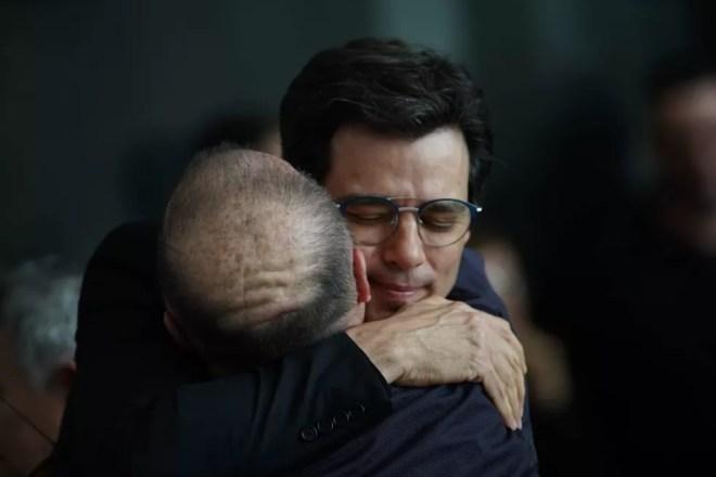 Apresentador Celso Portilolli é abraçado no velório de Gugu na Alesp — Foto: Marcelo Brandt/G1