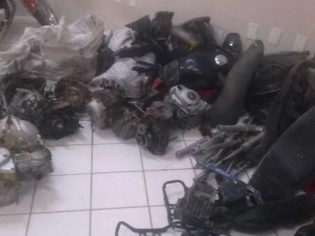 Polícia apreendeu oito motores de moto no Agreste de PE (Foto: Divulgação/Polícia Militar)