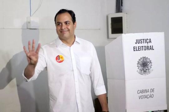 Governador releeito, Paulo Câmara votou pela manhã, no bairro da Madalena, na Zona Oeste do Recife — Foto: Marlon Costa/Futura Press/Estadão Conteúdo