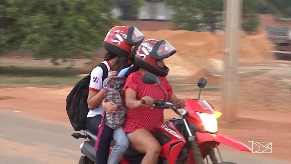 Flagrantes de excesso de passageiros em motos são comuns na cidade de Balsas (Foto: Reprodução/TV Mirante)