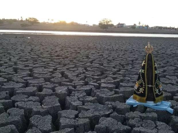 No lugar onde foi colocada a santa, há três meses havia água  (Foto: Marques Barbosa)