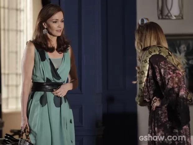 Helena pede ajuda a Shirley p ara comprar presente para Virgílio (Foto: Raphael Dias/TV Globo)