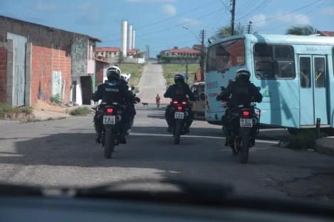 Policiais seguem ônibus em Fortaleza para evitar novos ataques — Foto: José Leomar/Diário do Nordeste