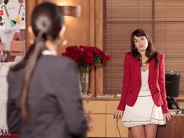 Carolina tenta prejudicar Vânia com fofoca para Isadora (Foto: Guerra dos Sexos / TV Globo)
