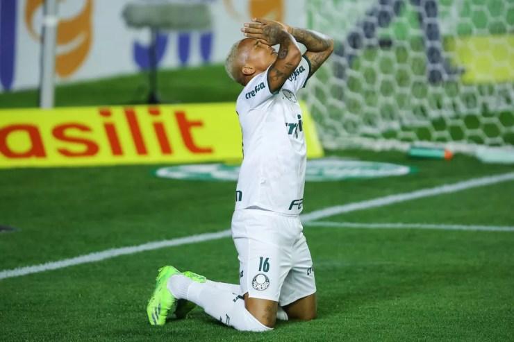 Deyverson comemora seu gol na partida entre Juventude e Palmeiras — Foto: Pedro H. Tesch/AGIF