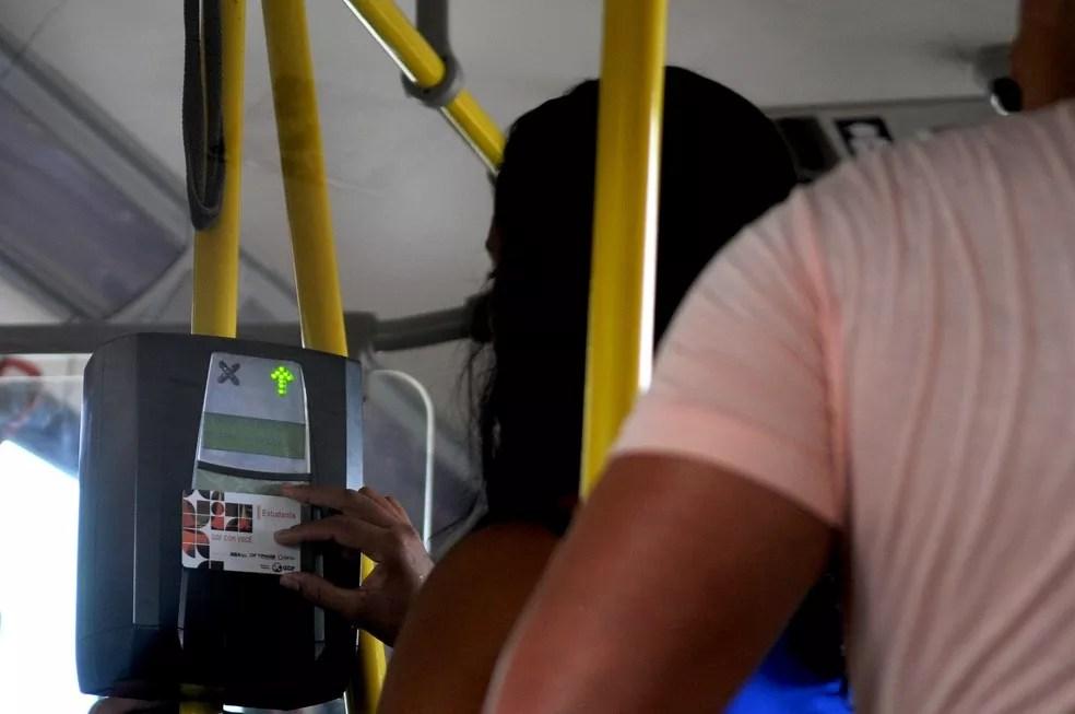 Estudante aproxima cartão de máquina em ônibus do DF — Foto: Gabriel Jabur/Agência Brasília