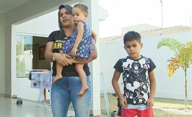 """A dona de casa Sabrina Taís diz que está preocupada com a saúde dos filhos: """"Cheiro forte de milho queimado"""" (Foto: TV TEM/Reprodução)"""