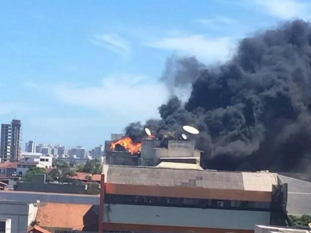 Fumaça pôde ser vista de longe, em Vila Velha (Foto: Francisco Loyola)