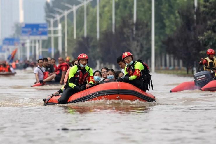Militares evacuam pacientes de hospital onde cerca de 3 mil pessoas ficaram presas em Zhengzhou, na província de Henan, na região central da China — Foto: Chinatopix Via AP