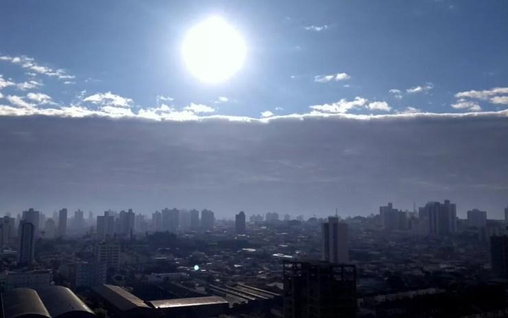Nuvem chamou atenção de moradores de Piracicaba (Foto: Claudia Assencio/G1)