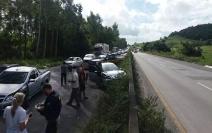 Engavetamento de três veículos causou congestionamento na BR-232 (Foto: Polícia Rodoviária Federal/Divulgação)