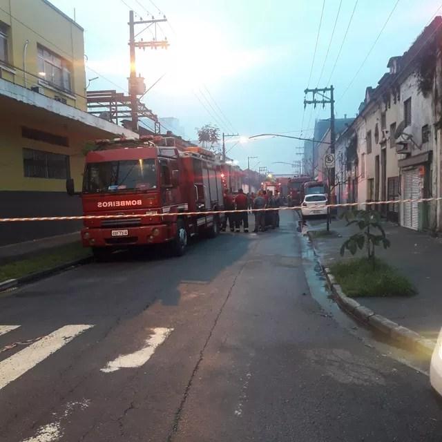 Área foi isolada após incêndio em armazém que armazenada produtos químicos em Santos, SP — Foto: G1 Santos