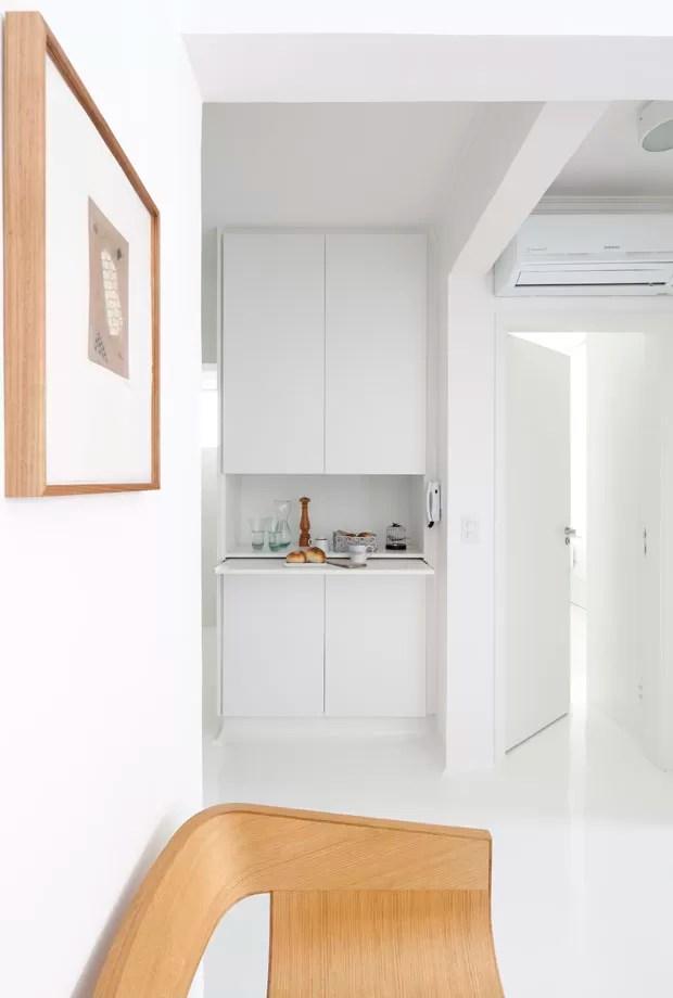 Apartamento de 35 m² aposta na cor branca para ampliar espaço (Foto: Mayra Acayaba/Divulgação)